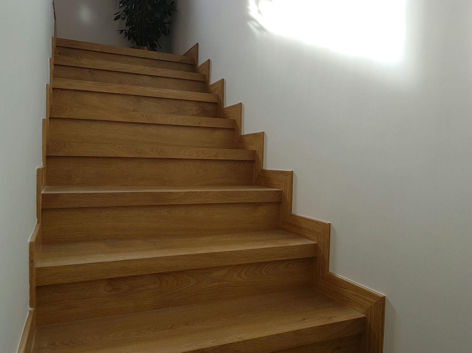 Forrado de  escaleras con tarima laminada en Griñon