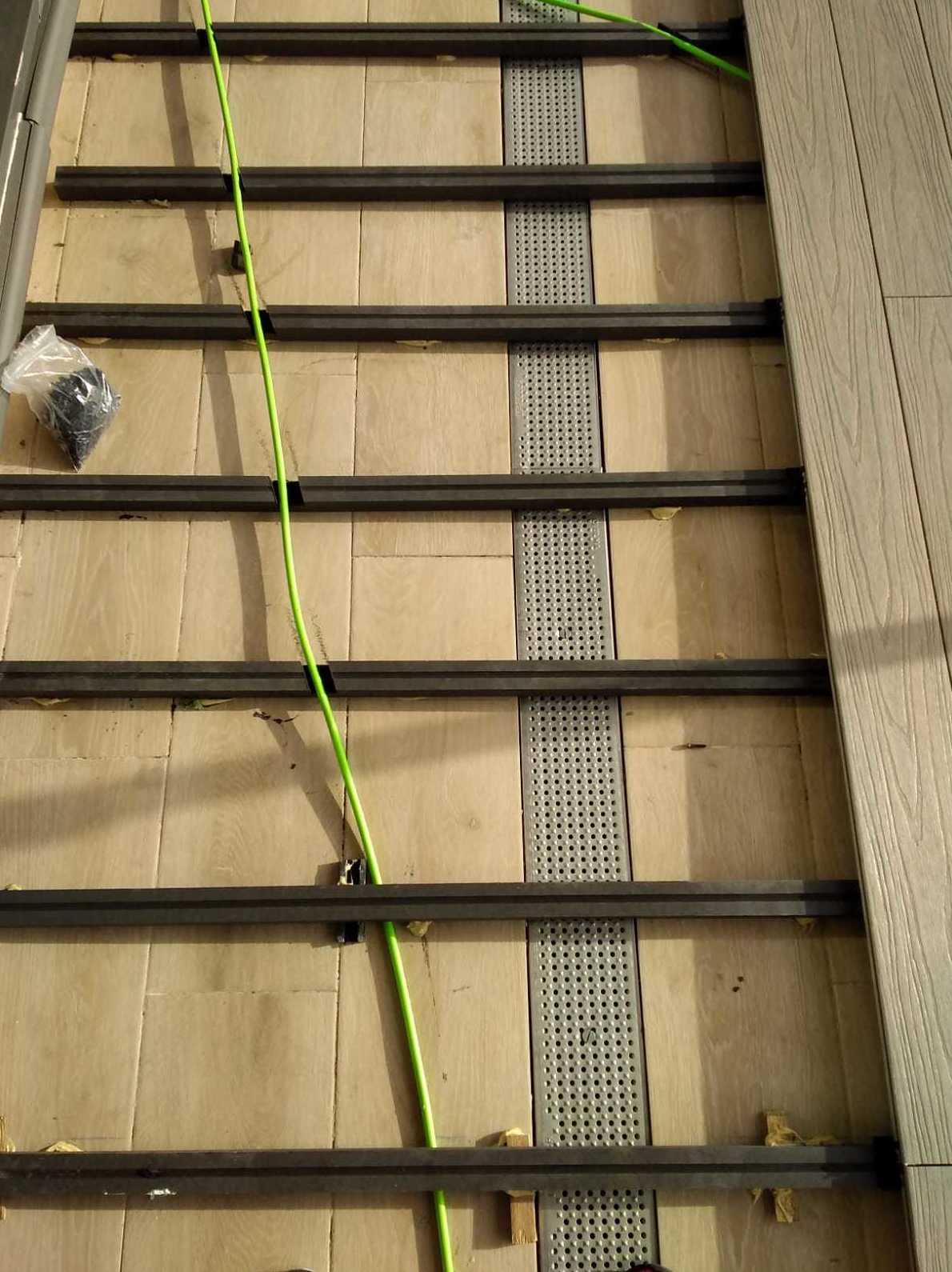 Instalación de Rastreles tecnológicos  salvando cables y desagües en Madrid