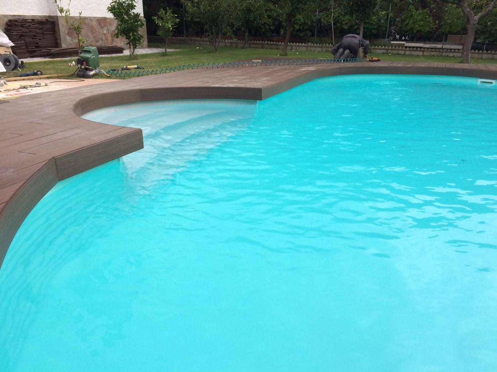 Tarima tecnológica en piscina curva