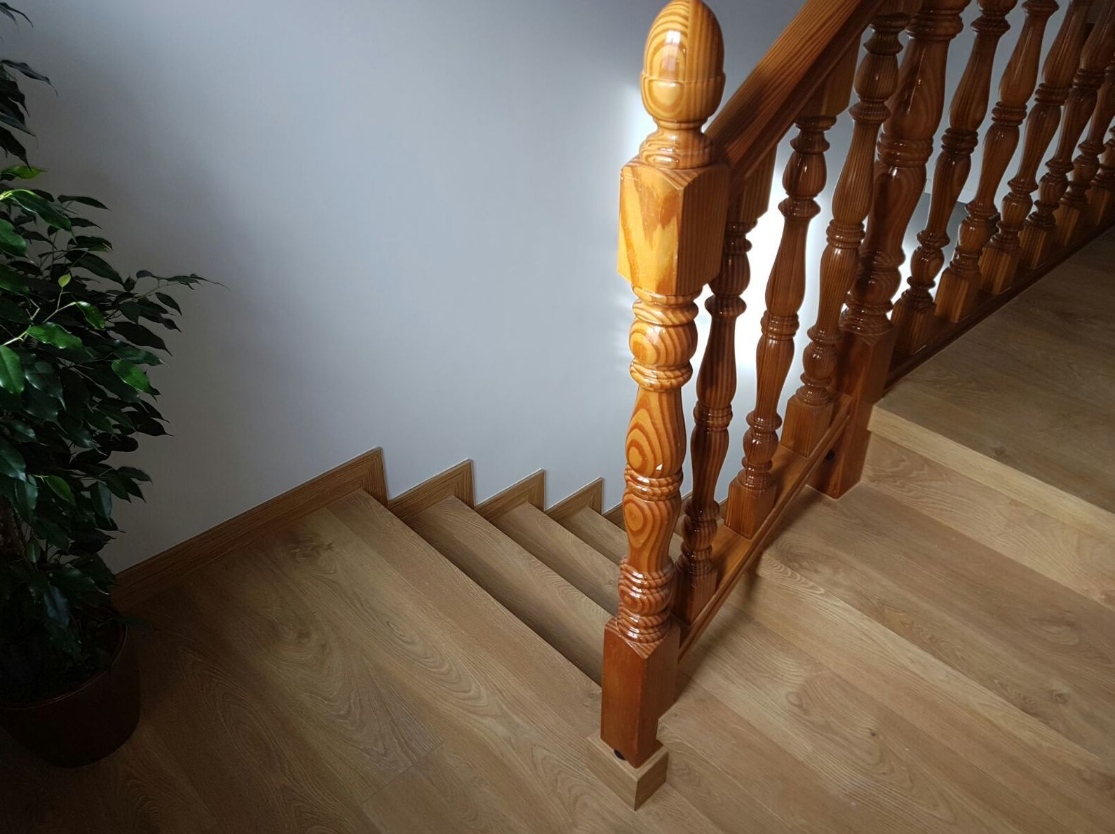 Tarima laminada en escaleras  oferta en Villaviciosa