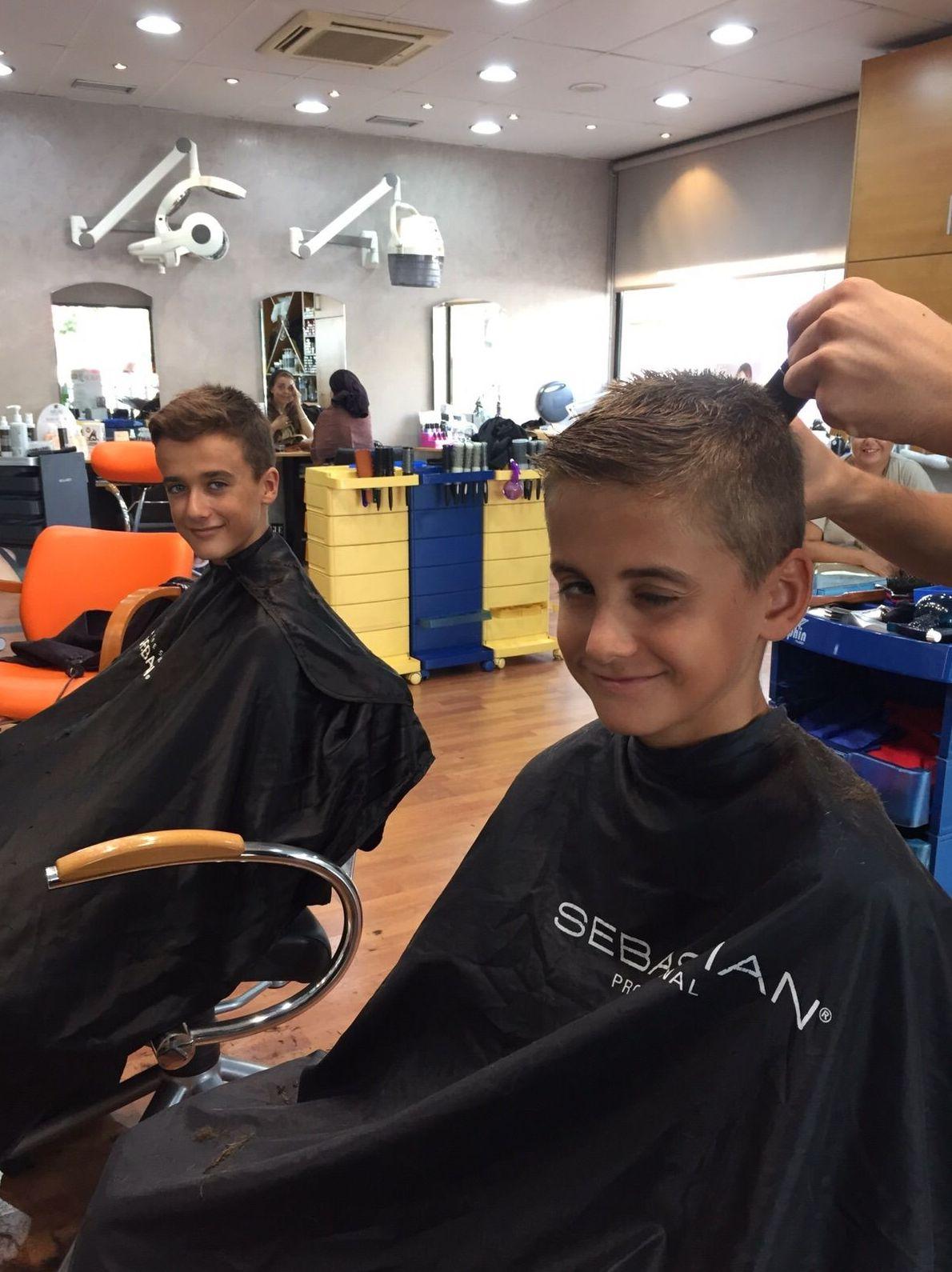 Corte de pelo niños. Asia peluquería