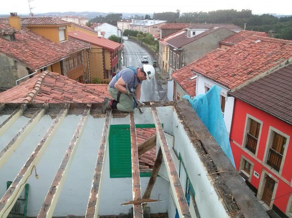 Después de desescombrar se cortan los pontones del tejado de madera