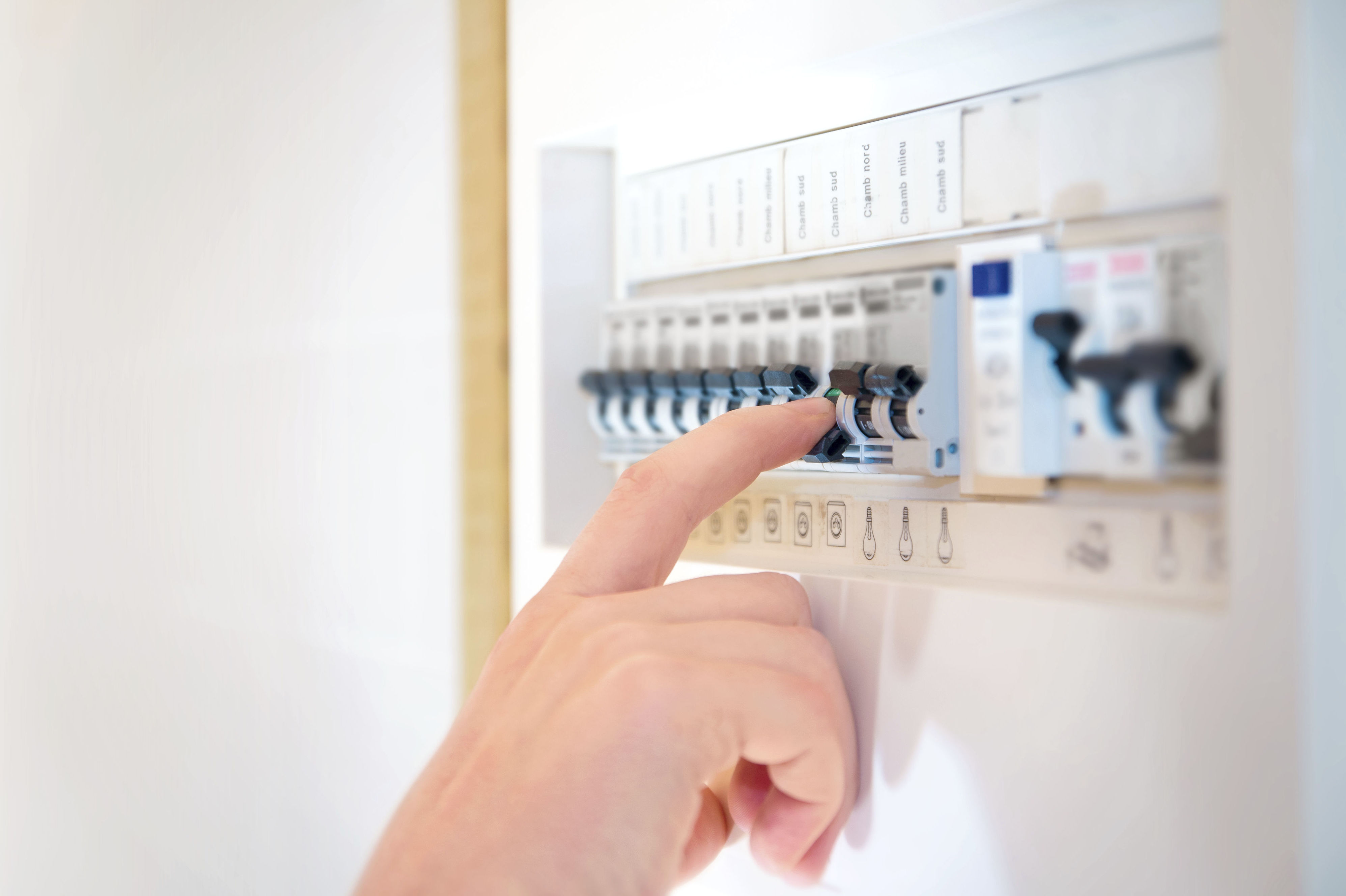¿necesitas solucionar una averia electrica?