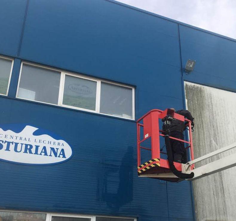 Proceso de limpieza de fachada de Central Lechera Asturiana