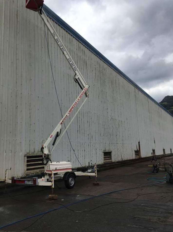 Limpieza de fachada de nave industrial
