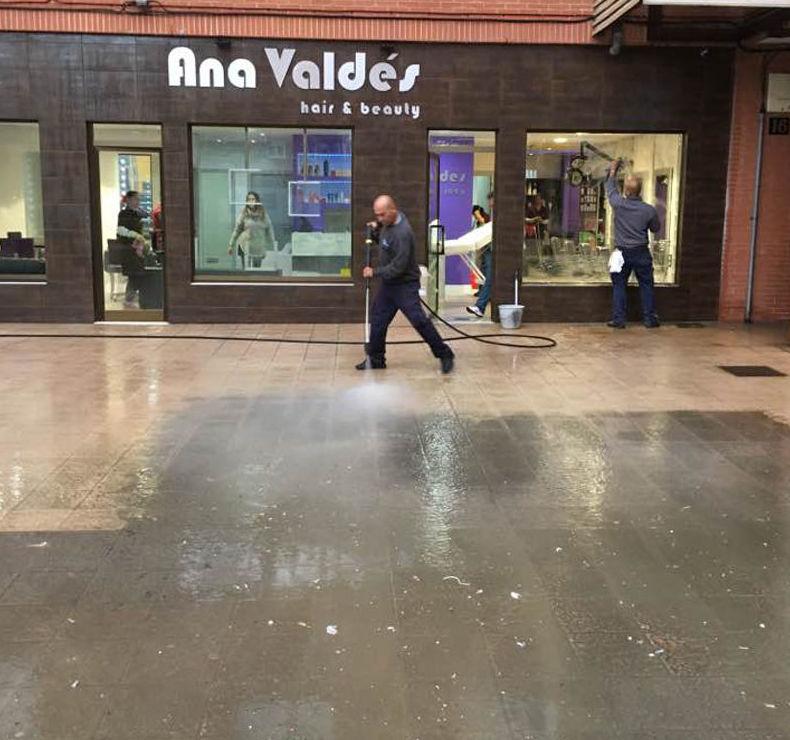 Limpieza de acera frente Peluquería Ana Valdés