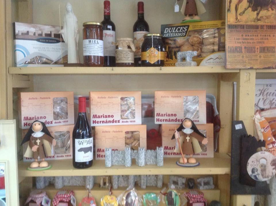 Tienda con artículos de regalo y productos de alimentación