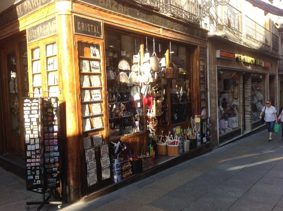 Bazar con souvenirs, artículos de regalo, iluminación...