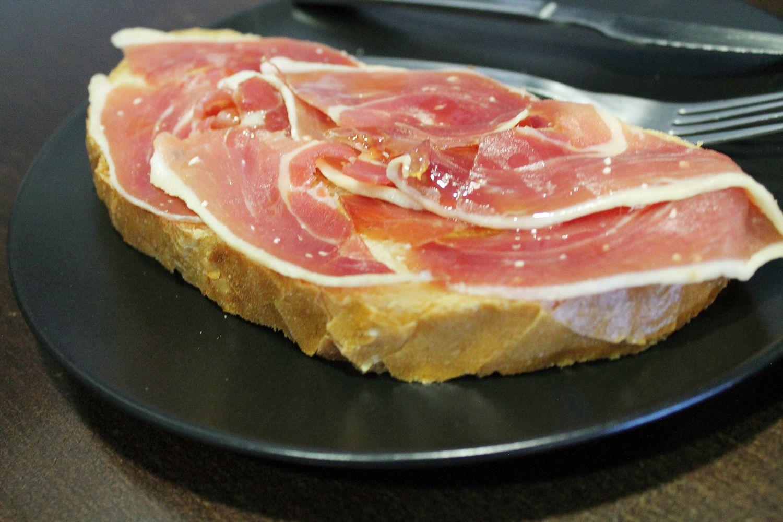 Tostada de jamón serrano en Las Tablas, Madrid