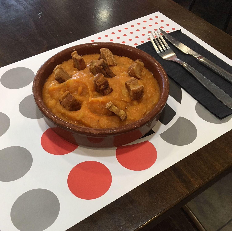 Patatas revolconas con torreznos. Especialidad de la casa las tablas Madrid Telecinco restaurante cafetería las tablas