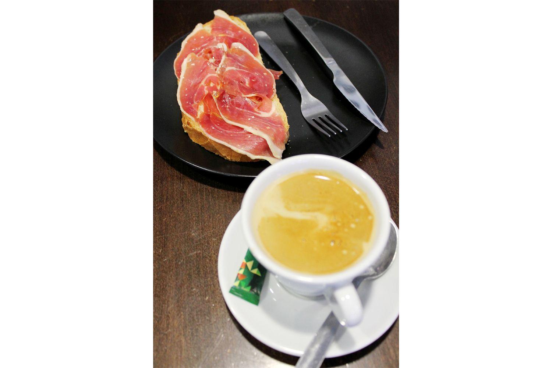 Café con tostada de jamón serrano