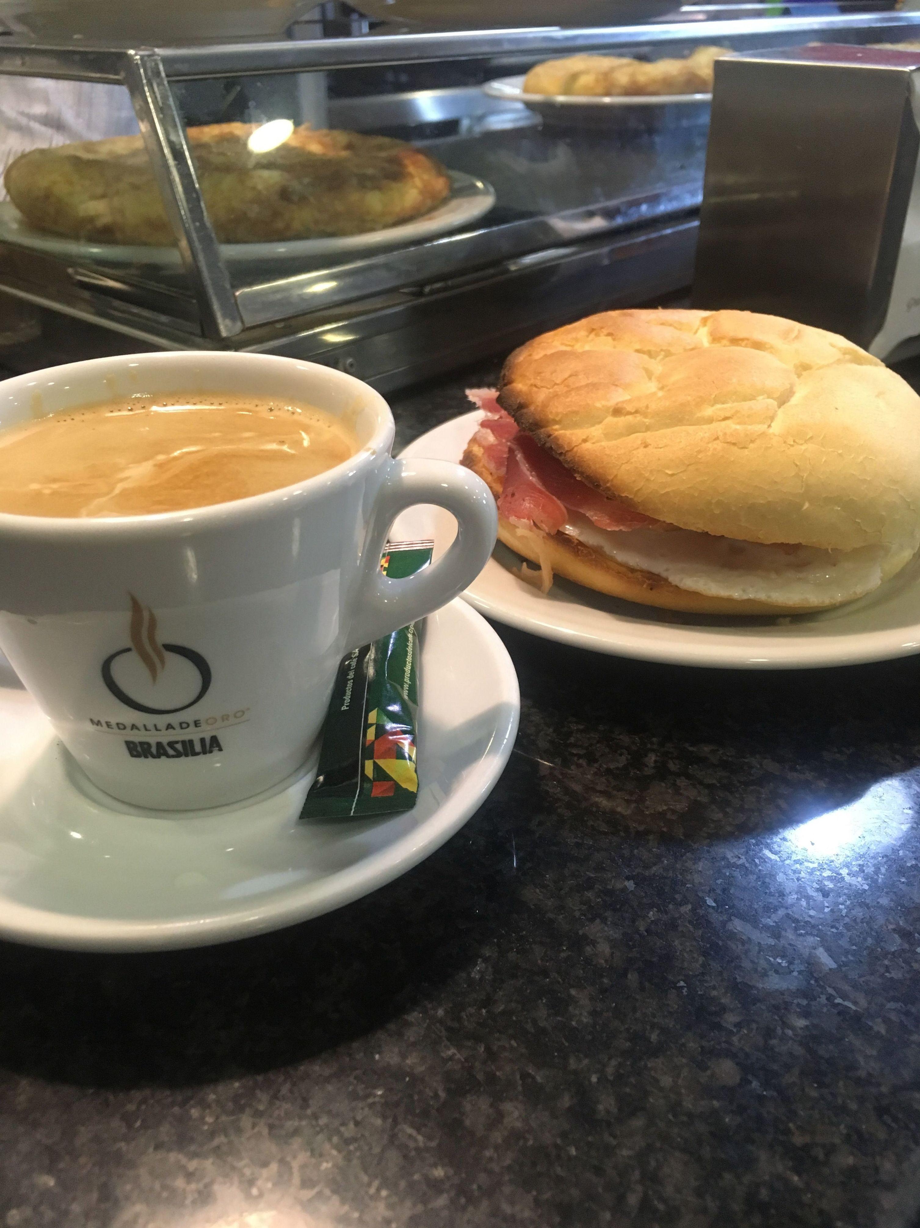 Desayuno de mollete con huevo y jamón y café. Desayuno barato las tablas Madrid Telecinco restaurante cafetería las tablas