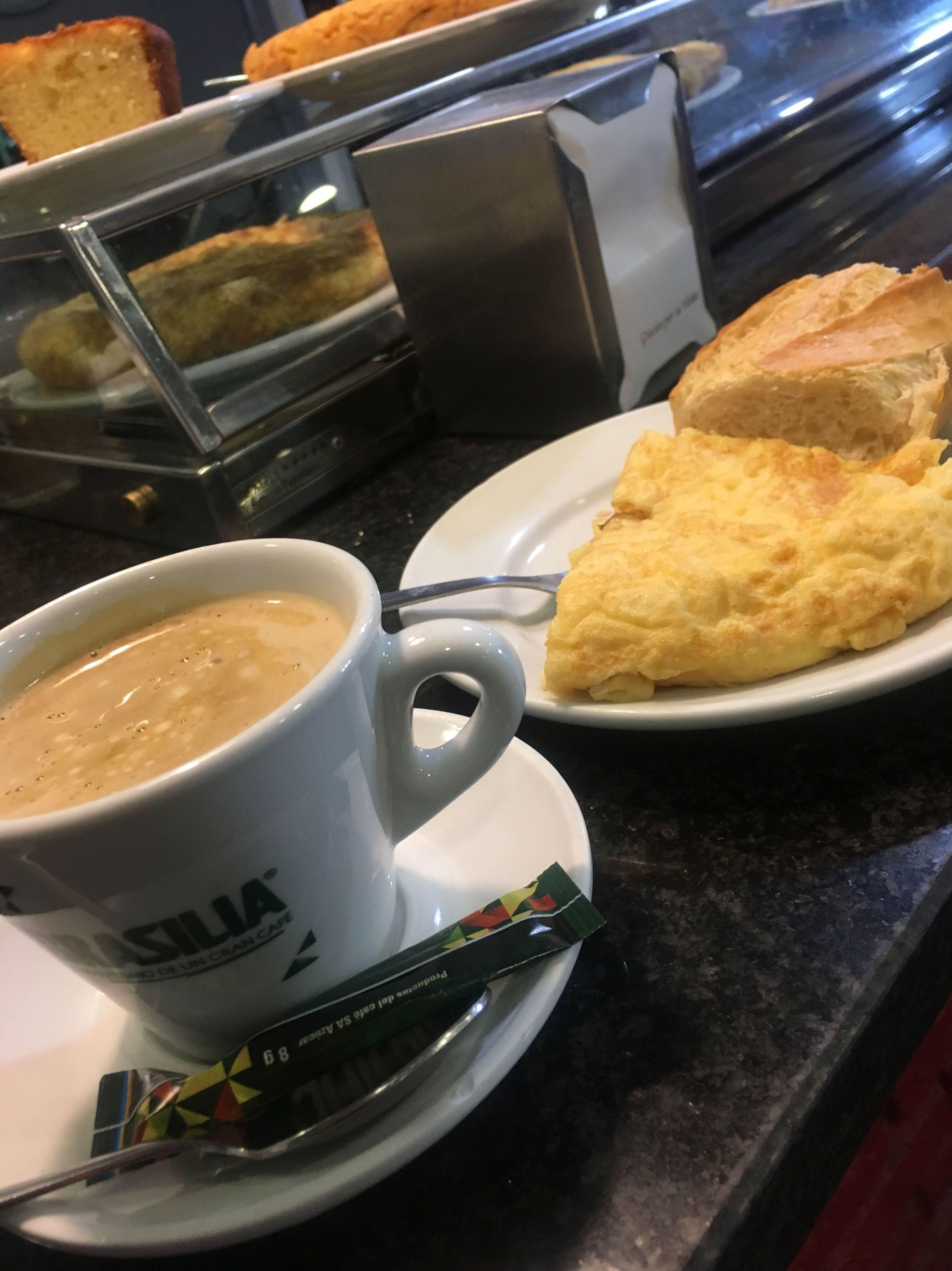 Desayuno con pincho de tortilla. desayunos baratos en las tablas. comida casera