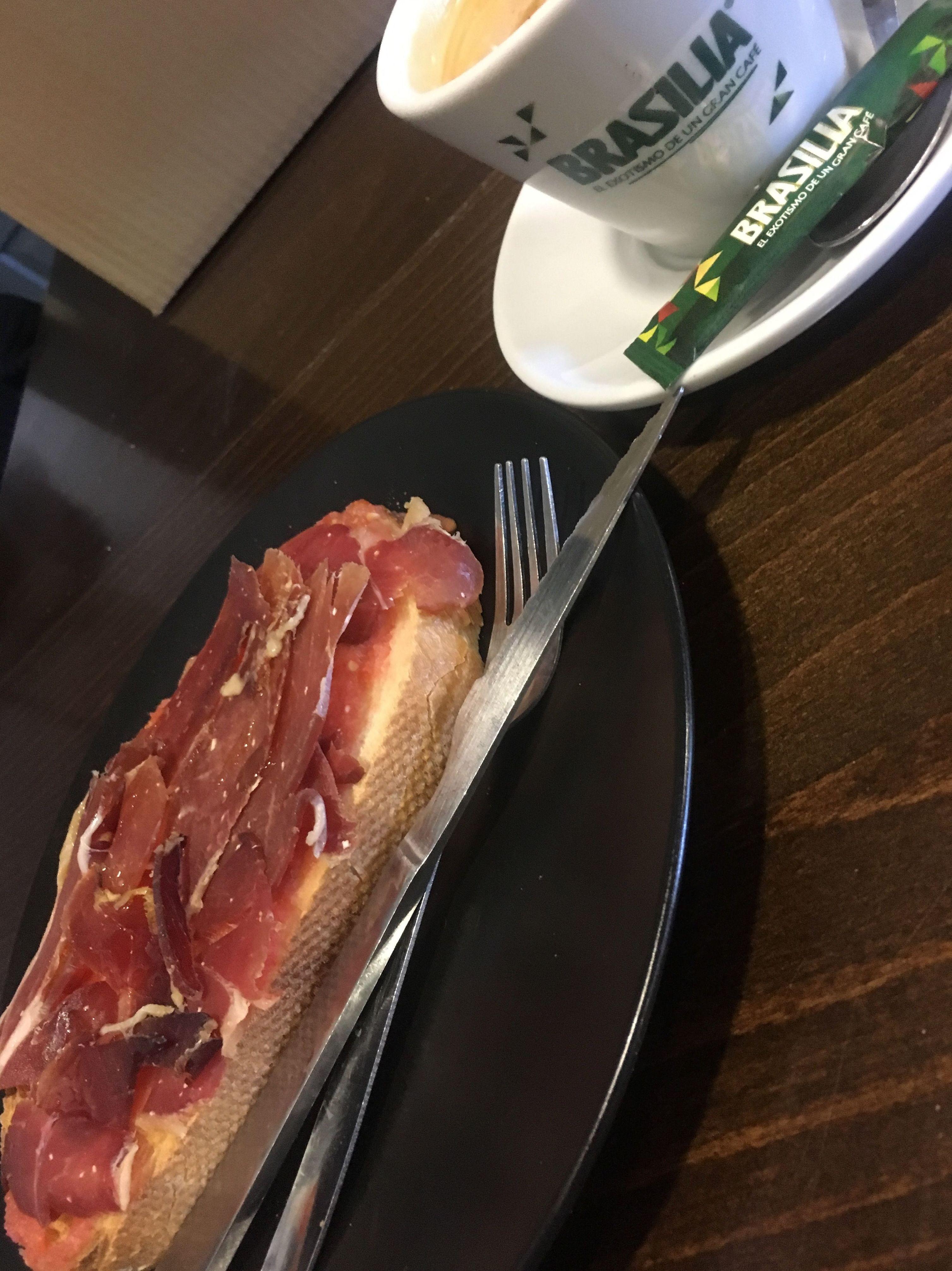 Desayuno con tosta de jamón serrano y café. desayuno barato las tablas Madrid Telecinco restaurante cafetería las tablas