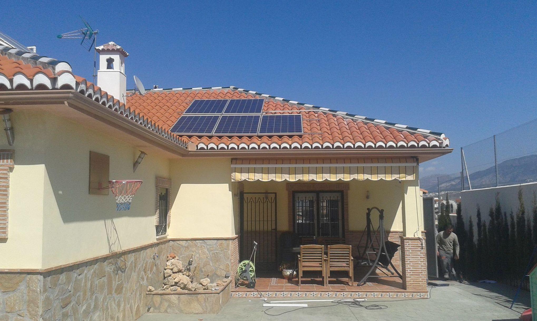 Instalación de placas solares en tejado de chalé