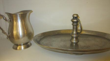 Centro ovalado metal envejecido y jarra pewter