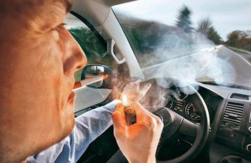 Fumar en el coche, motivo de multa.
