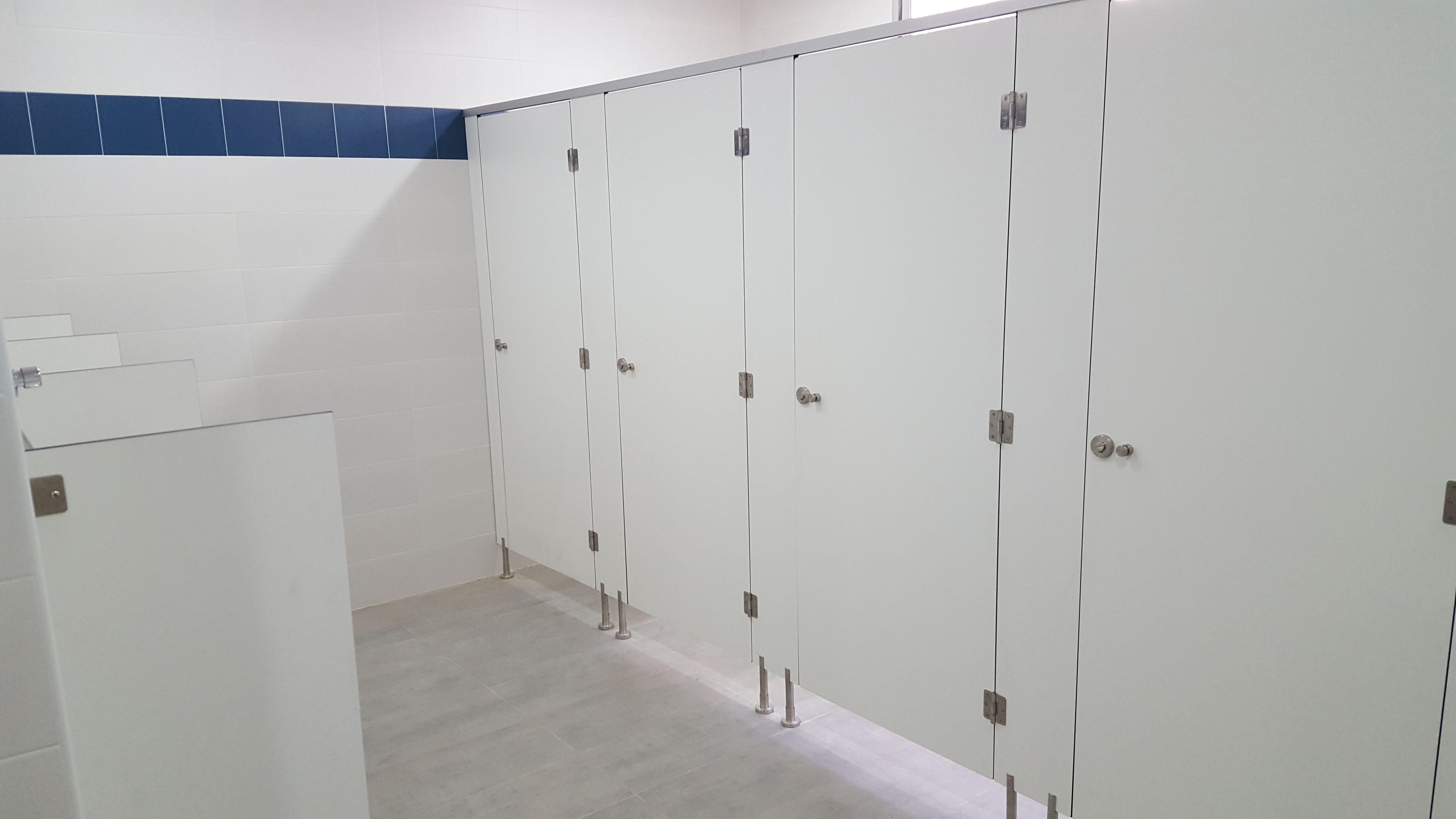 Puertas y accesorios para baños públicos en Madrid