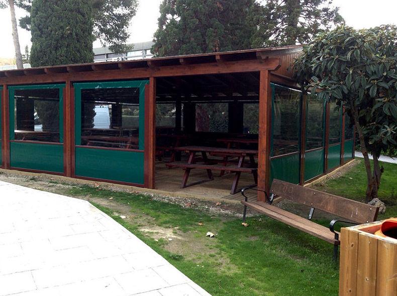 Caseta de madera en espacios exteriores