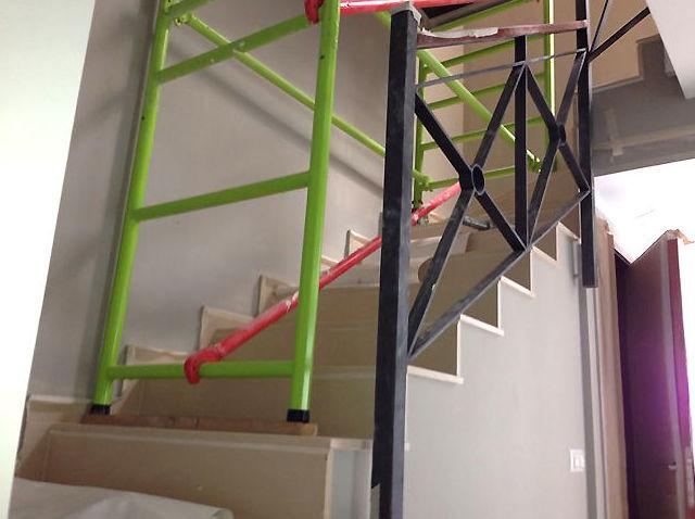 Montaje de andamio en escaleras