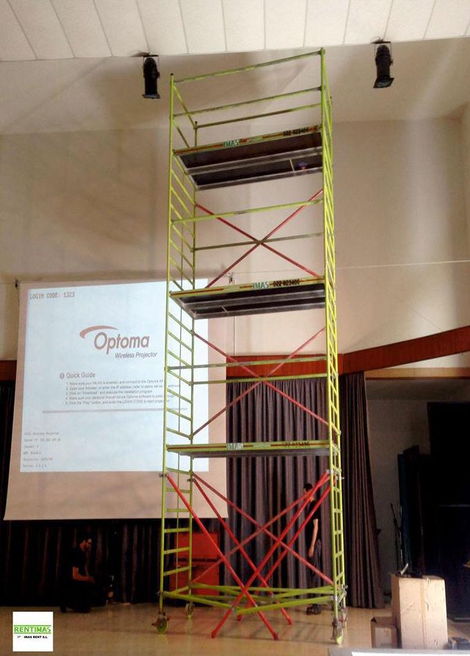 Andamio de tres alturas utilizado para el montaje de equipos de luz