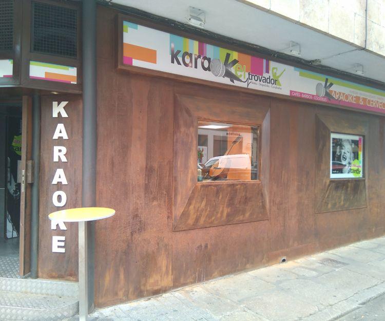Fachada del bar karaoke en Salamanca