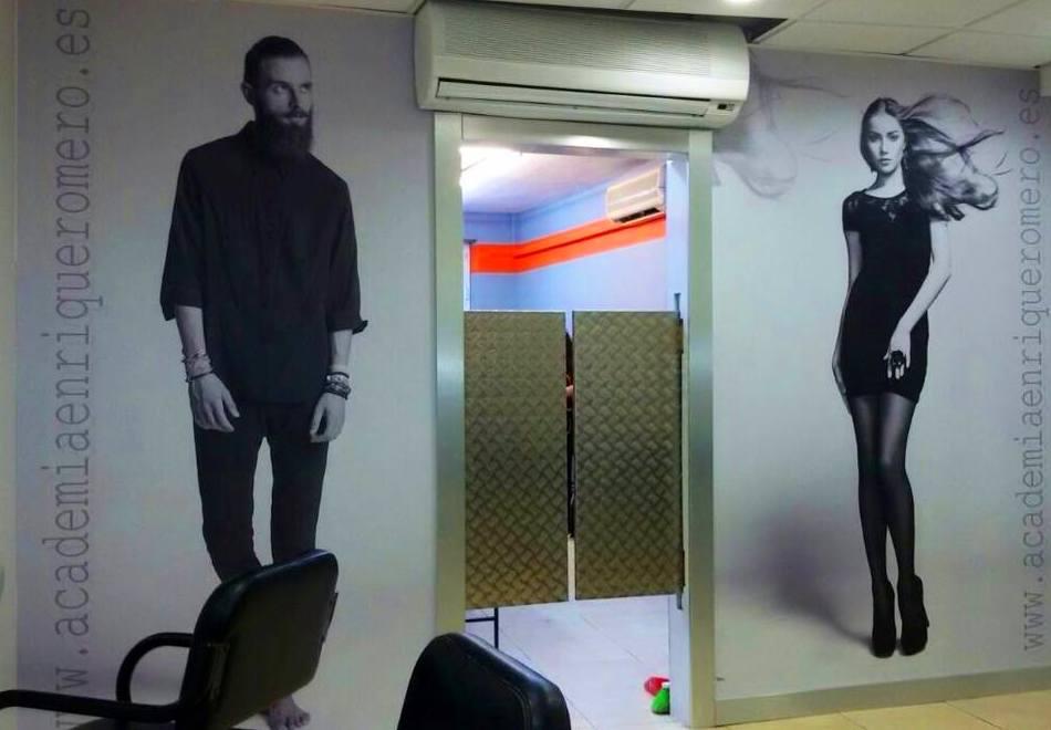 Decoramos los interiores de la academia de peluquería Enrique Romero. Diseños en blanco/negro con laminación Mate.