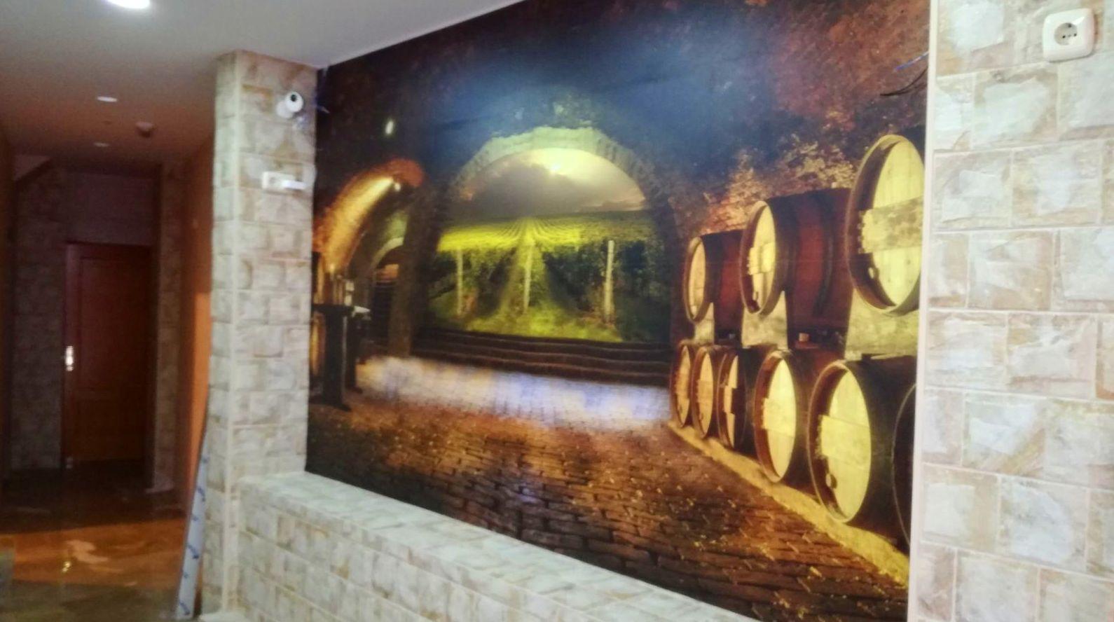 Rotulamos estas paredes con fotografías de alta resolución para aportar profundidad a este Mesón de Chauchina. Con laminado para poder limpiarlo