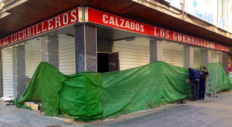 Fabricamos e instalamos los Rótulos de la nueva tienda de Calzados los Guerrilleros en el Zaidin.