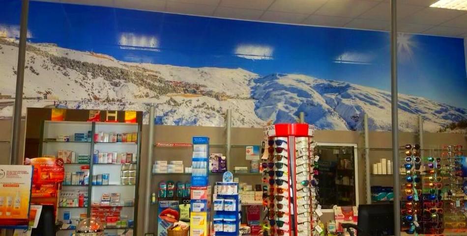 Rotulamos esta pared de 8 metros con una panorámica de Sierra Nevada sacada en estas últimas Nevadas. Farmacia Prado Llano.