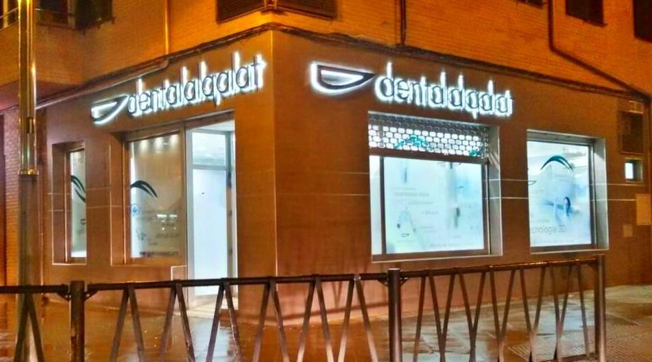 Rotulamos esta nueva clínica con letras de acero retroiluminadas con Led, en Alcalá la real.