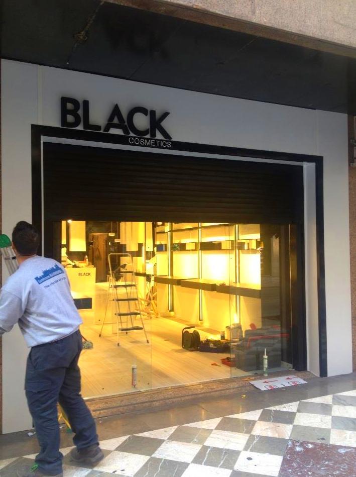Forramos de panel blanco y enmarcamos en panel negro esta fachada en Recogidas. El texto es de poliuretano.