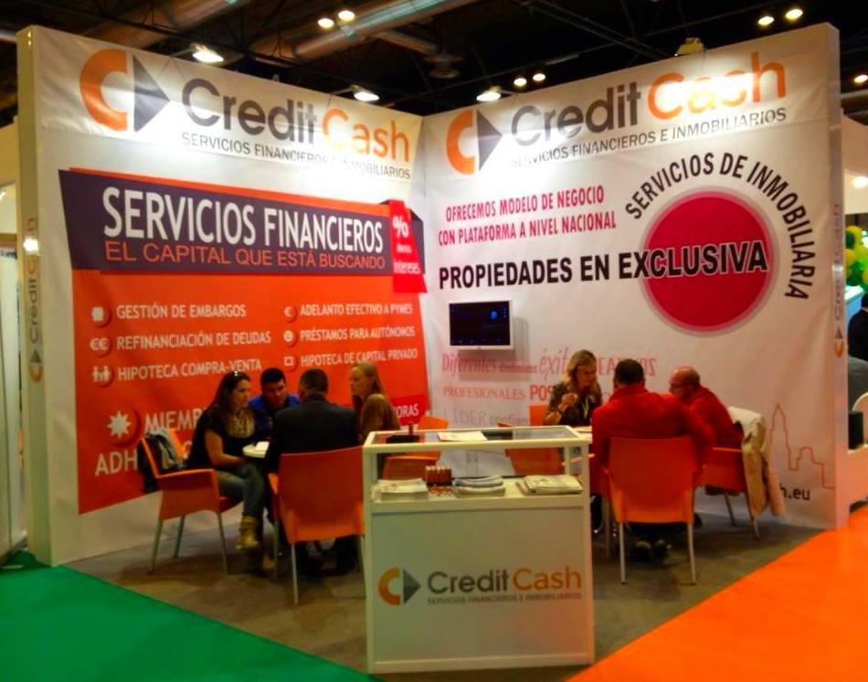 Stand de Credit Cash con estructura metálica y lonas reutilizables.