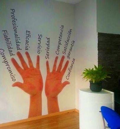 Impresión digital para pared con textos en vinilo de corte.