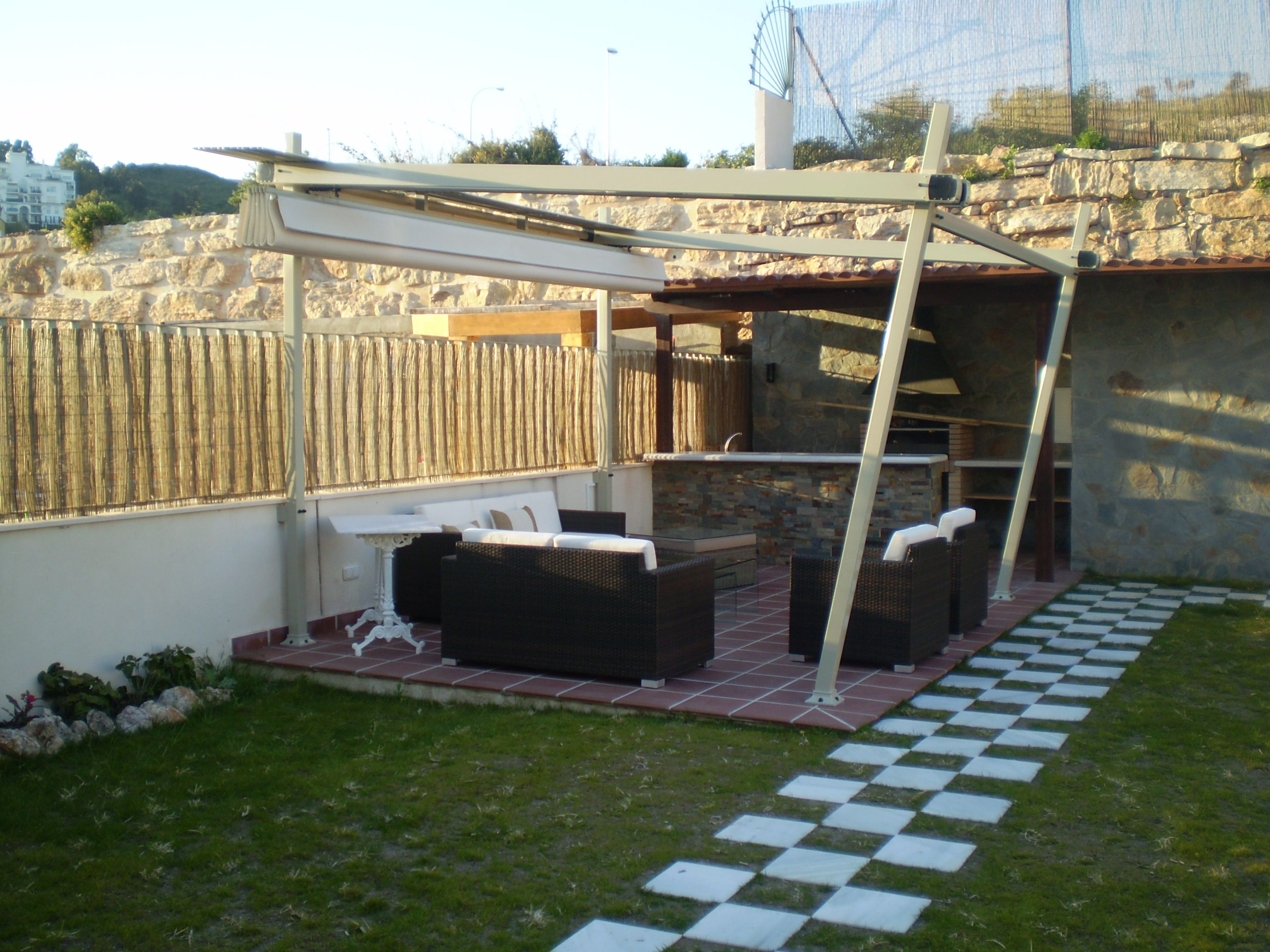 Instalación de toldo en cenador de jardín