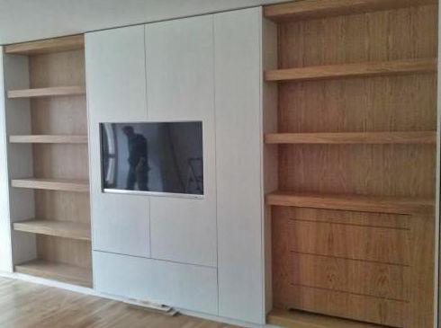 Salón, armario empotrado. Combinación blanco roble natural (apertura sin tiradores)
