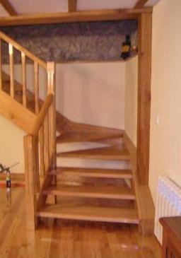 Escalera de madera de castaño