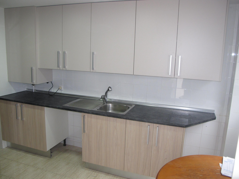 1h oferta muebles cocina mate satinado beige y olmo for Disenos de muebles de cocina colgantes