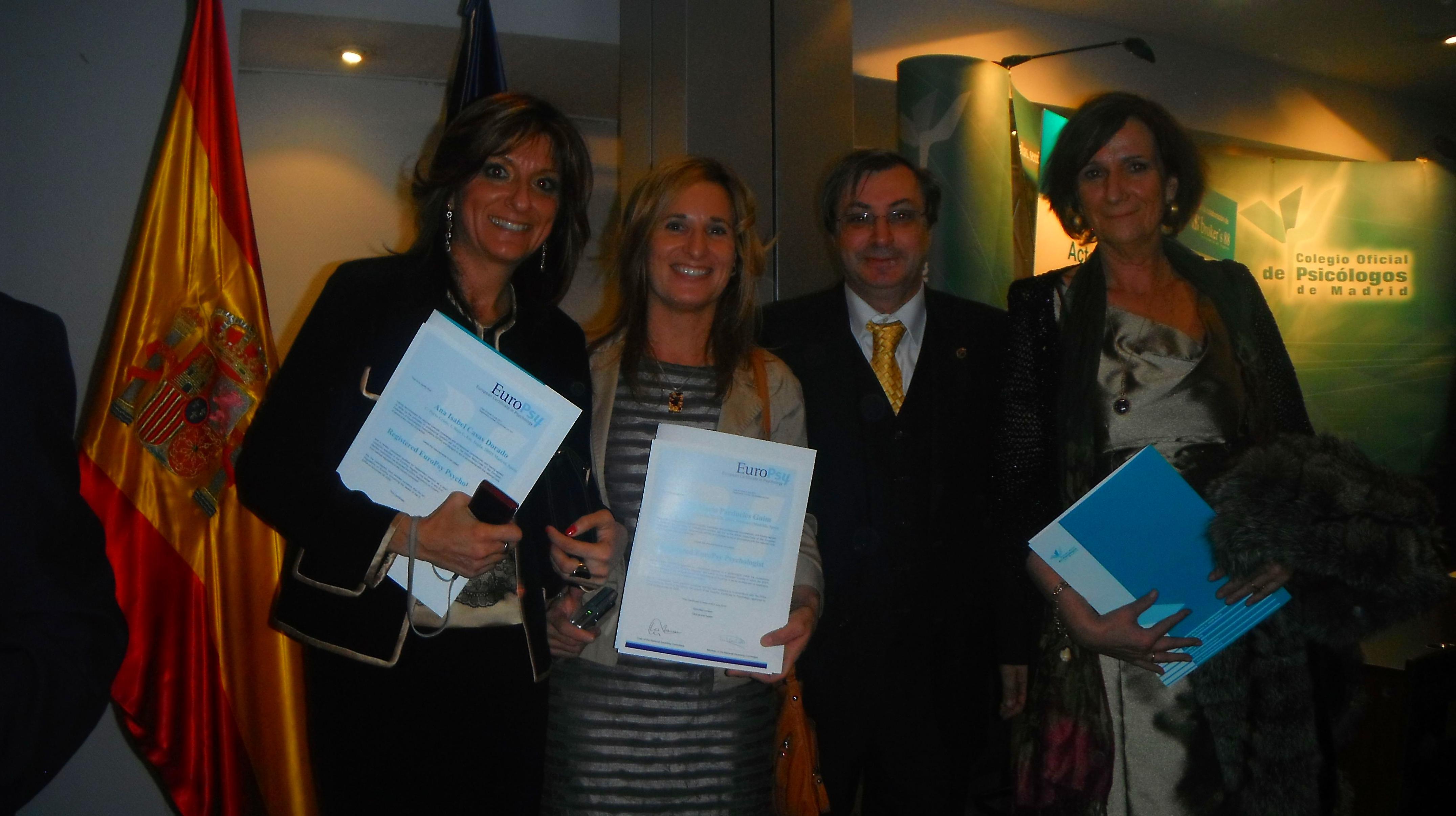 Con el Decano del Colegio Oficial de Psicólogos de Madrid y con compañeras, recogiendo el título de Expertas Europeas en Psicoterapia.