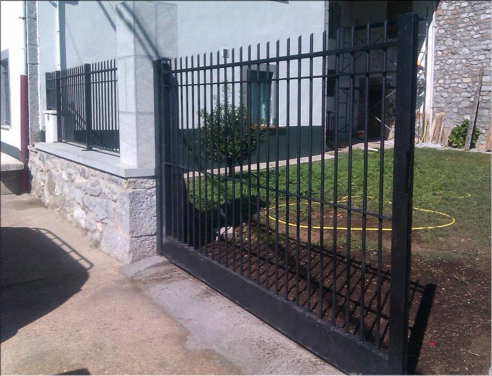 Puerta batiente con panel modular