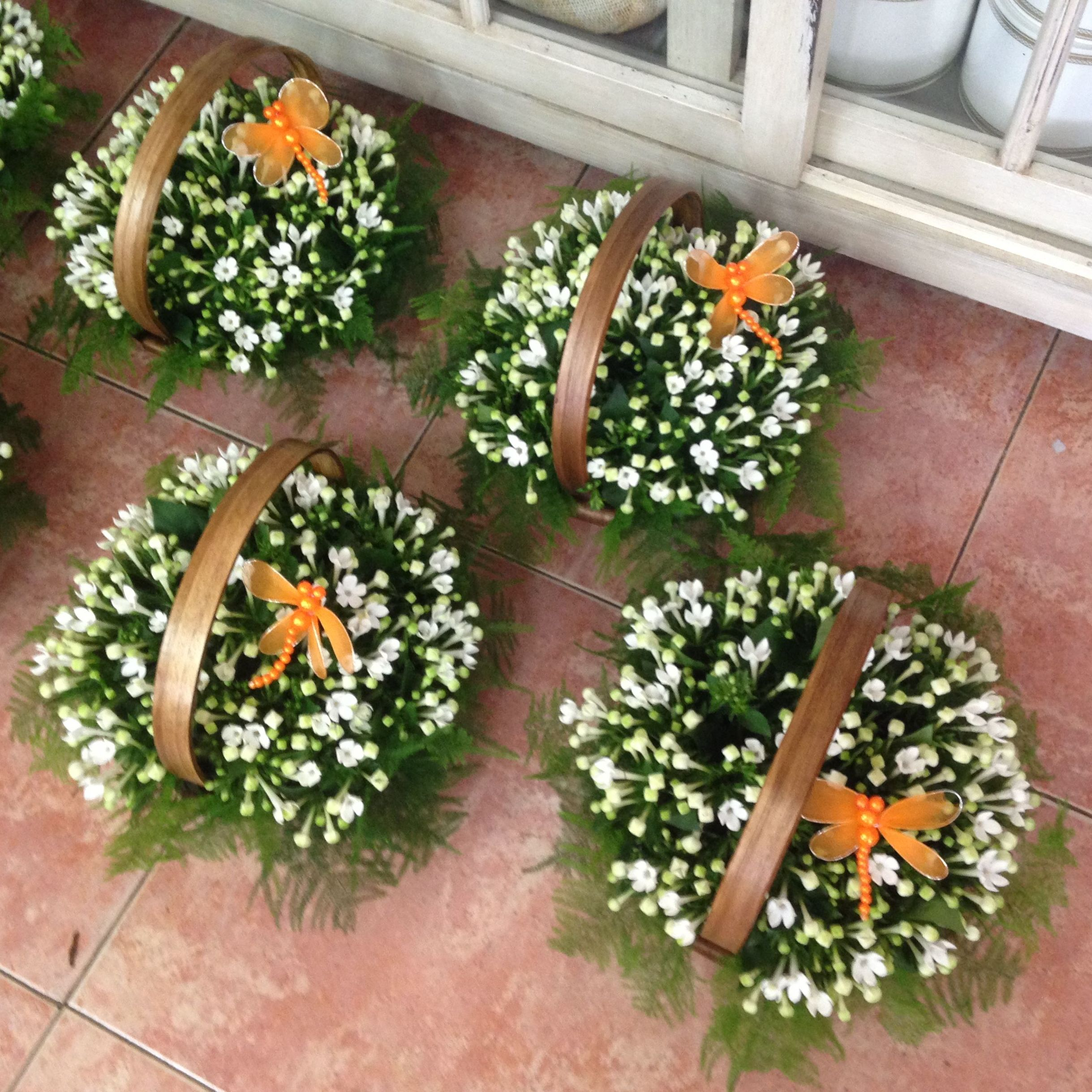Centros y flores artificiales.