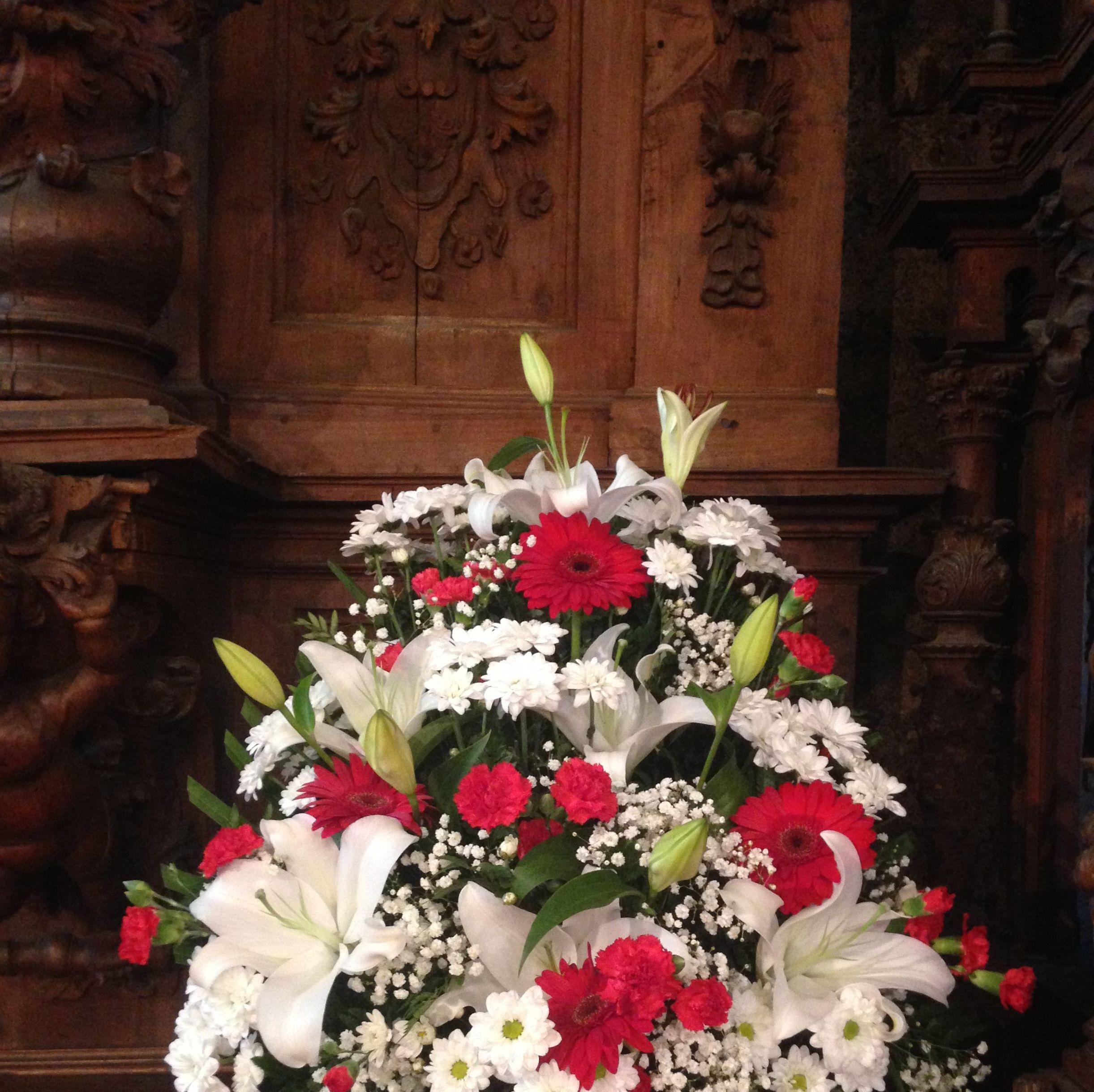 Envío de ramos, coronas, venta de plantas, centros y flores artificiales.