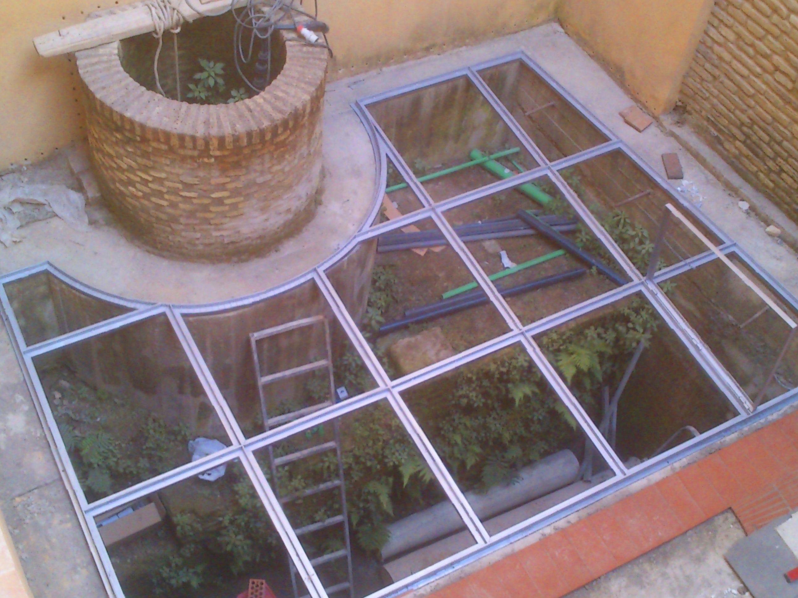 Suelo pisable de acero inoxidable con vidrios 10+10 montado en casa palacete.