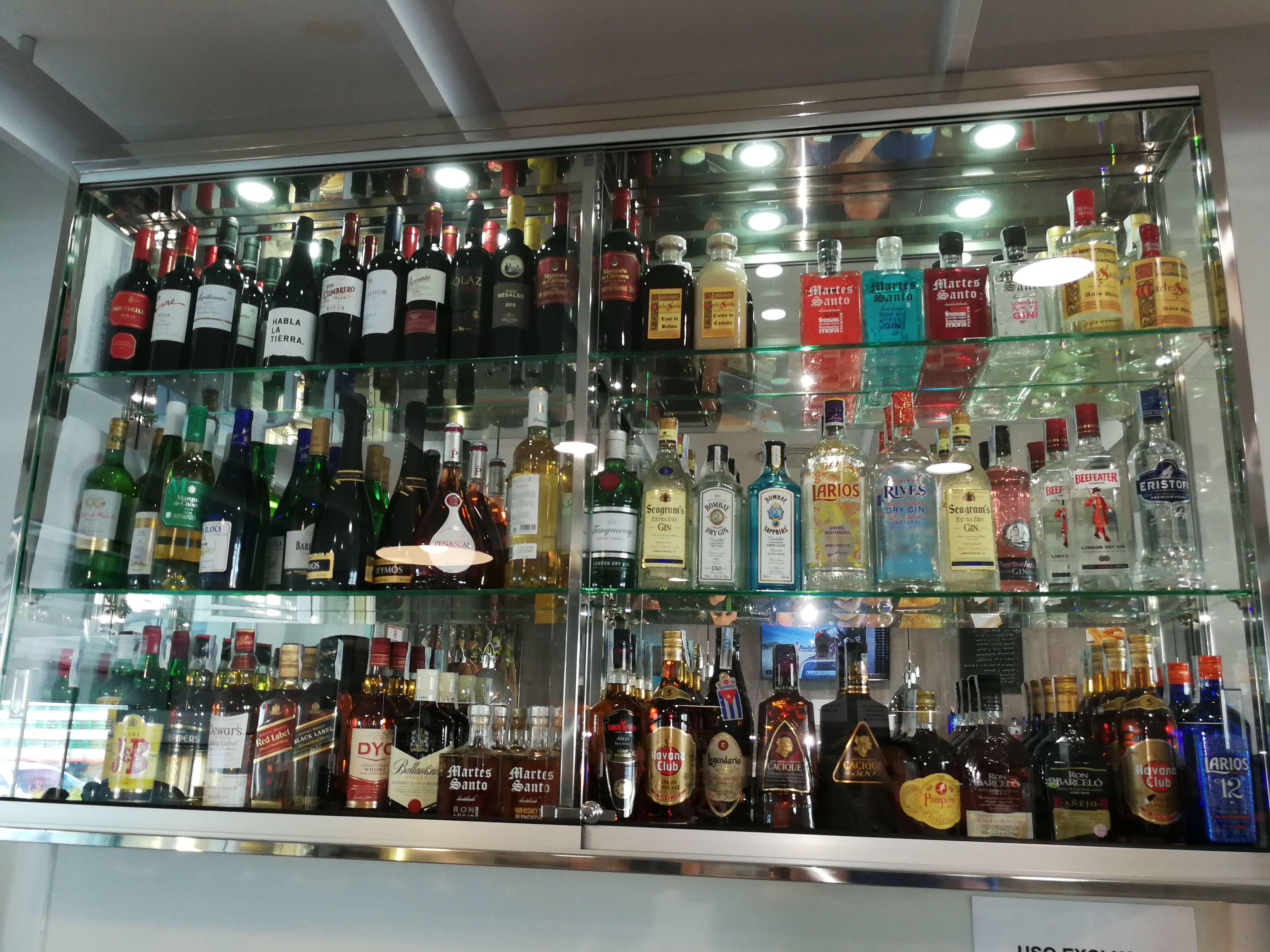Vitrina de acero inoxidable y vidrio personalizada y a medida para bebidas de restaurante.