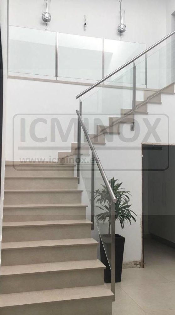 Barandilla de acero inoxidable y vidrio montada en chalet particular.