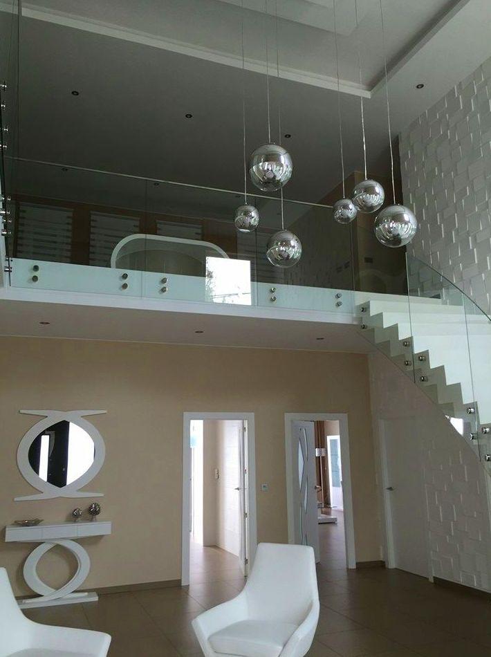 Barandilla de vidrio abotonado diseñada y fabricada a medida.