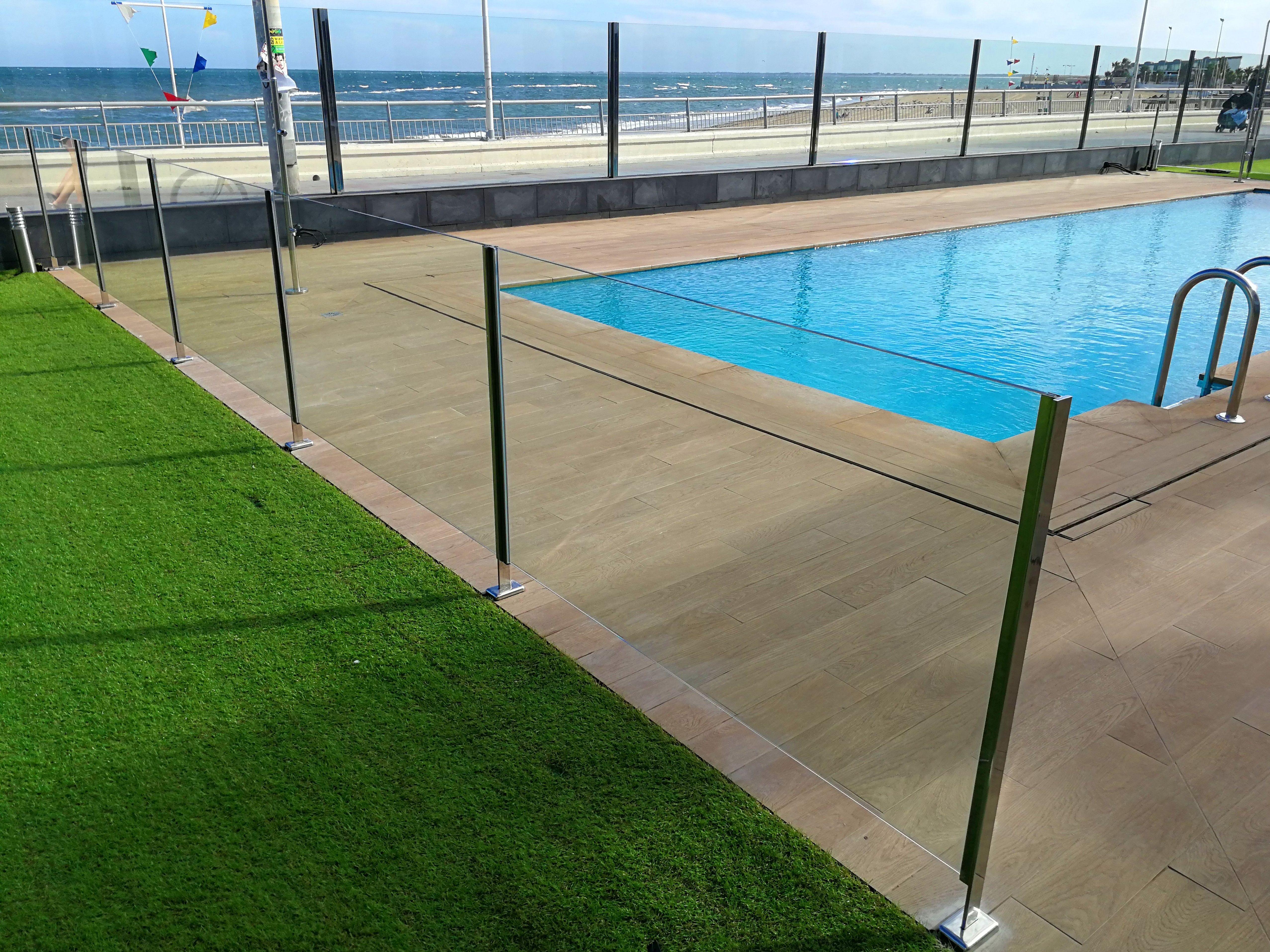 Barandilla de acero inoxidable y vidrio diseñada y fabricada a medida para zona de piscina
