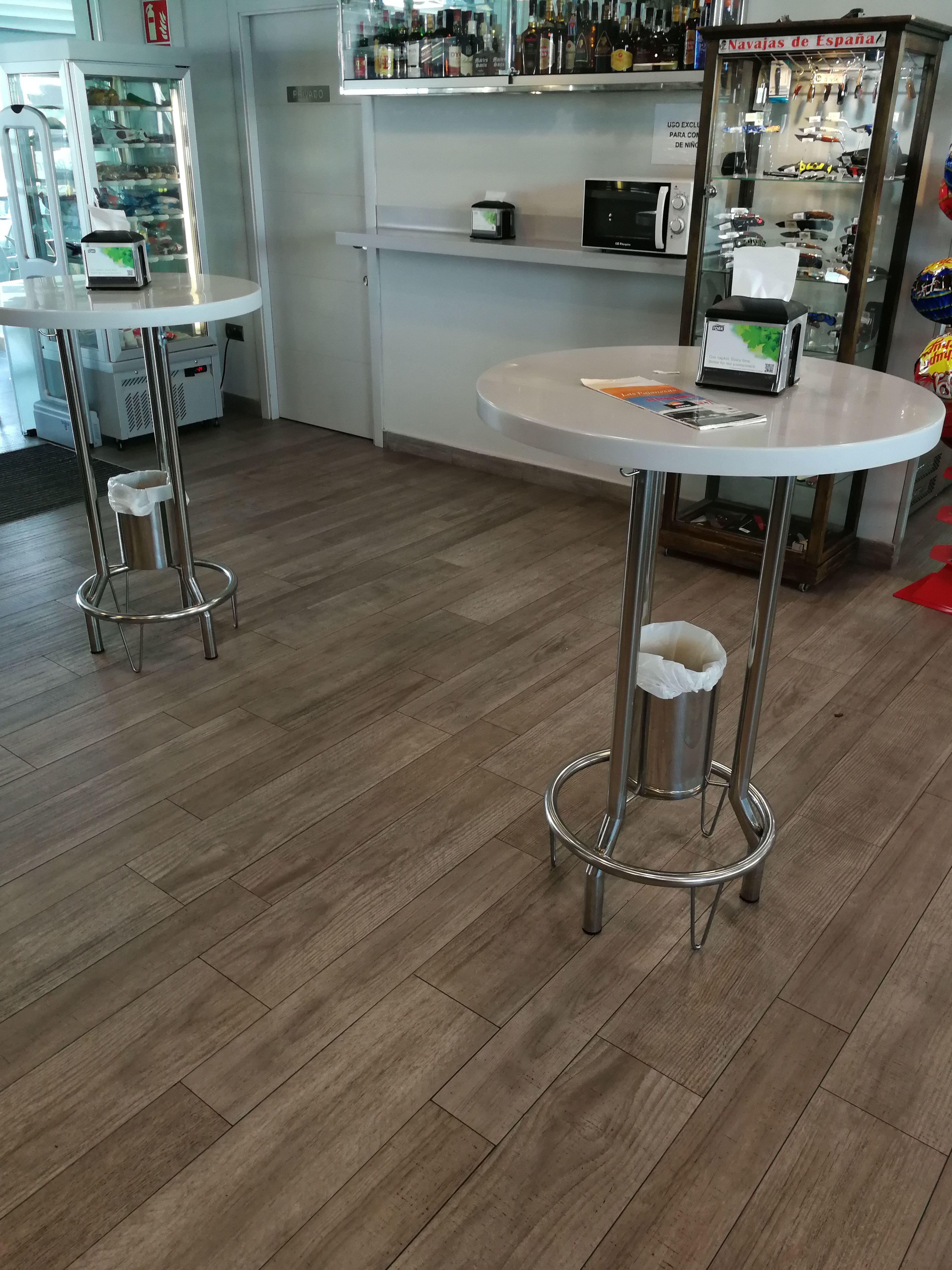 Mesa alta de acero inoxidable con papelera incorporada para bar o restaurante.