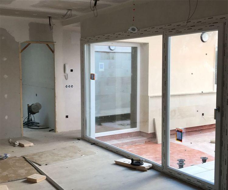 Instalación de fijo y puerta de PVC en Zaragoza