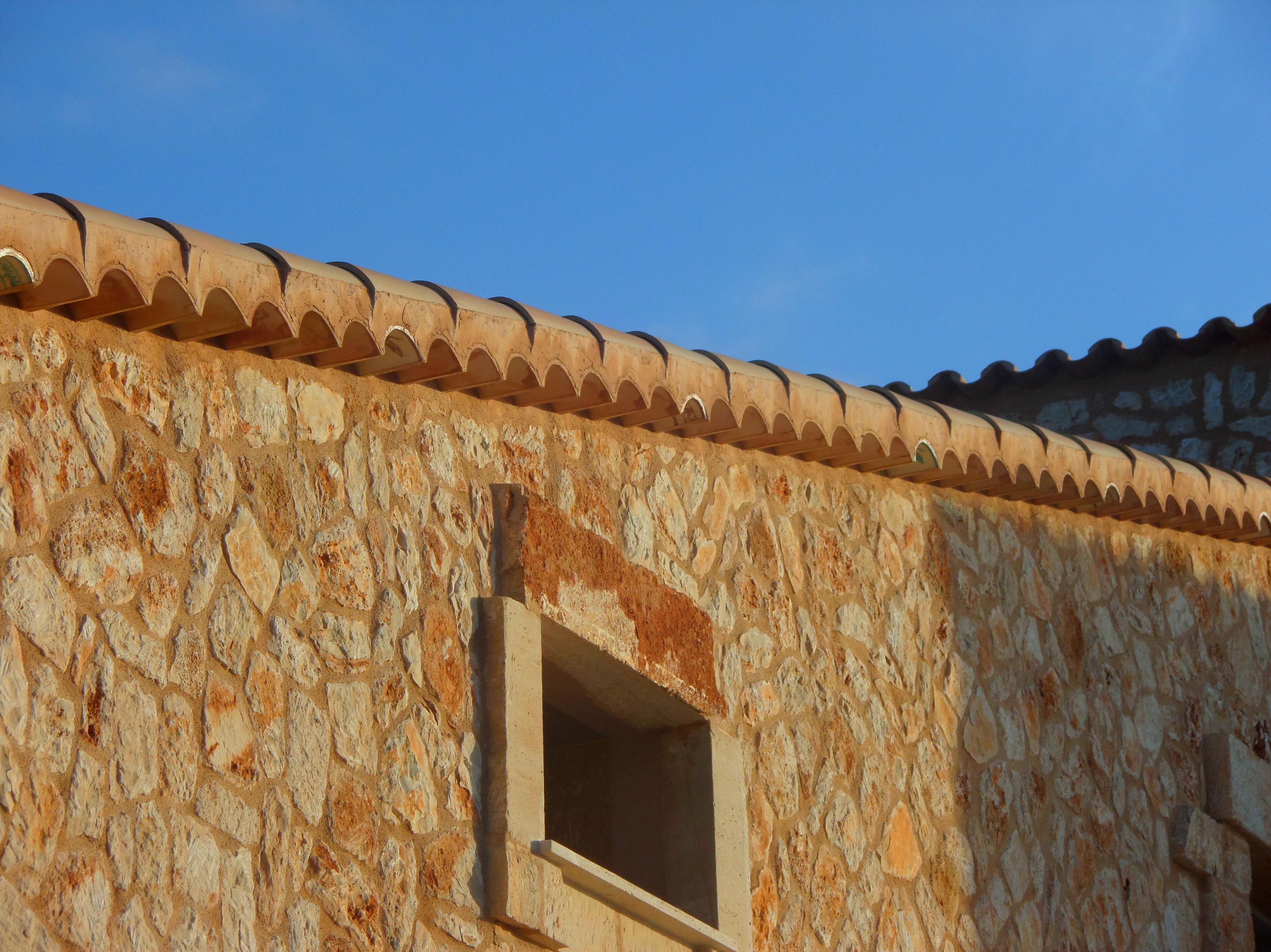 Detalle de cornisa con teja ceramica curva